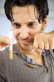 Укомплектуйте личным составом усмехаться на сигарете готовой для того чтобы остановить курить Стоковое Изображение
