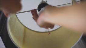 Укомплектуйте личным составом установку в электрическую лампочку лампы энергосберегающую, рациональное потребление электроэнергии акции видеоматериалы