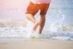 Укомплектуйте личным составом ход к воде в пляже стоковое изображение rf