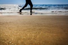 Укомплектуйте личным составом ход на пляже в заходе солнца несосредоточенном Стоковая Фотография RF
