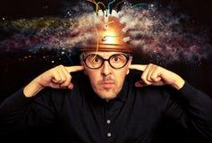 Укомплектуйте личным составом шального изобретателя нося исследование мозга шлема стоковое изображение rf