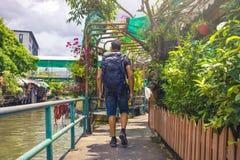 Укомплектуйте личным составом backpacker посещая Азию во время солнечного дня, сольное отключение и отдохните концепция стоковые фотографии rf