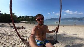 Укомплектуйте личным составом selfie на качании в пляже в Таиланде видеоматериал