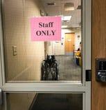 Укомплектуйте штаты только знак на защитном стекле в медицинской клинике стоковые фото