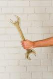 Укомплектовывает личным составом руку с большим гаечным ключем Стоковое Изображение RF