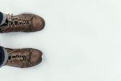 Укомплектовывает личным составом ond ботинка снег, ноги осмотрите Стоковые Фотографии RF