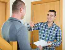 2 укомплектовывают личным составом с контрактом на пороге квартиры Стоковые Фотографии RF