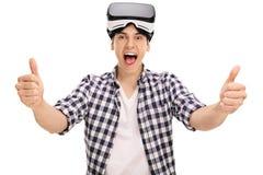 Укомплектуйте личным составом давать большие пальцы руки вверх после использования шлемофона VR Стоковое Изображение RF