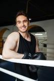 Укомплектуйте личным составом боксера смотря камеру пока стоящ на кольце Стоковое Изображение RF