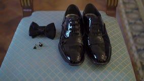 Укомплектуйте личным составом ботинки, bowtie и запонки для манжет черноты ` s сток-видео