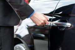 Укомплектуйте личным составом вводить ключ автомобиля в замок стоковые изображения rf