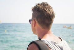 Укомплектуйте личным составом взгляд на море от палубы шлюпки Стоковое Фото