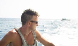 Укомплектуйте личным составом взгляд на море от палубы шлюпки Стоковые Изображения RF