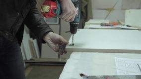 Укомплектуйте личным составом винты прикрепите на петлях в шкаф акции видеоматериалы