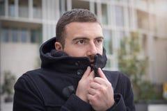 Укомплектуйте личным составом вскользь одетое в городе на день зимы сезонный Стоковое Изображение