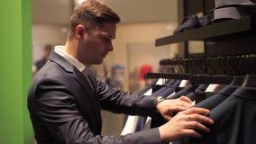 Укомплектуйте личным составом выбирать куртку дела от сырцового в магазине видеоматериал