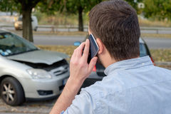 Укомплектуйте личным составом вызывать помощь страхования механика автомобиля после автомобильной катастрофы стоковые фотографии rf