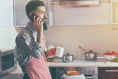 укомплектуйте личным составом выпивая телефон кофе или чая и говорить стоковое фото rf