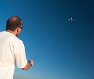 Укомплектуйте личным составом выпускать змея вверх в воздухе на солнечный летний день Стоковая Фотография