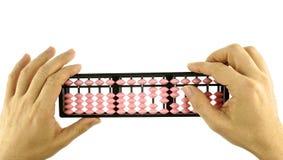 Укомплектуйте личным составом высчитывать при изолированный калькулятор Японии абакуса ретро Стоковые Изображения RF