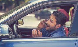 Укомплектуйте личным составом говорить на мобильном телефоне пока опасно управляющ автомобилем Стоковые Фотографии RF