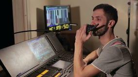 Укомплектуйте личным составом говорить на радио в диспетчерском пункте сток-видео