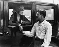 Укомплектуйте личным составом говорить до свидания к женщине в автомобиле (все показанные люди более длинные живущие и никакое им Стоковое Изображение RF