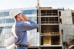 Укомплектуйте личным составом главного инженера на клекотах строительной площадки опасности Стоковое фото RF