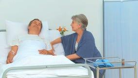 Укомплектуйте личным составом лежащ на его заднюю часть получая посещение его жены