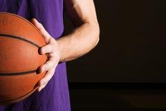 Укомплектуйте личным составом держать баскетбол Стоковое Фото