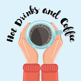 Укомплектуйте личным составом держать в чашке кофе рук на деревянной предпосылке Стоковое Фото