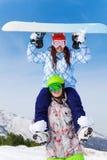 Укомплектуйте личным составом держать девушку в лыжной маске на его плечах Стоковые Фотографии RF