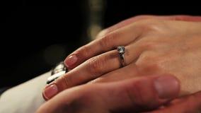 Укомплектуйте личным составом держать женщину рук с обручальным кольцом с диамантом на пальце романтично сток-видео