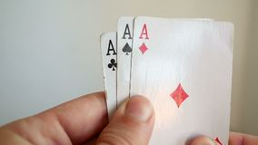 Укомплектуйте личным составом держать игру в тузах сочетания из 3 карточки покера казино видеоматериал