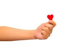 Укомплектуйте личным составом держать красное бумажное сердце в его руках Стоковая Фотография RF