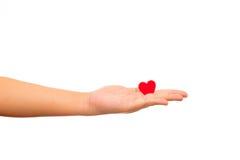 Укомплектуйте личным составом держать красное бумажное сердце в его руках Стоковое Фото