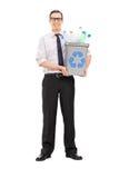 Укомплектуйте личным составом держать мусорную корзину полный пластичных бутылок Стоковая Фотография