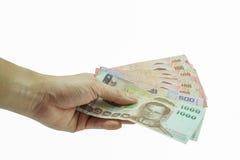 Укомплектуйте личным составом держать показывать тайские банкноты на белой предпосылке Стоковая Фотография