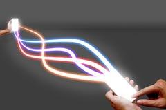 Укомплектуйте личным составом держать сеть мобильного телефона и волокна оптически светлую Стоковая Фотография RF
