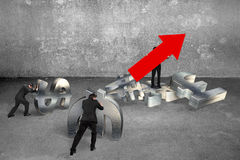 Укомплектуйте личным составом держать стрелку вверх по бизнесменам знака нажимая символы валюты Стоковое Фото