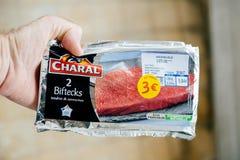 Укомплектуйте личным составом держать biftecks Charal - очень вкусное французское мясо Стоковые Изображения RF