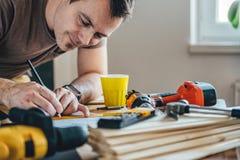 Укомплектуйте личным составом делать план проекта с карандашем на таблице Стоковое Фото