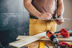 Укомплектуйте личным составом делать план проекта с карандашем на таблице Стоковые Фотографии RF