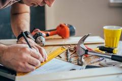 Укомплектуйте личным составом делать план проекта с карандашем на таблице Стоковое Изображение RF