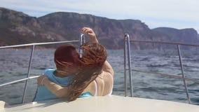 Укомплектуйте личным составом женщину стоя на смычке океана корабля акции видеоматериалы