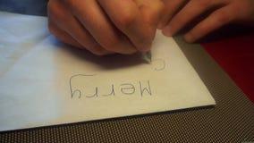 Укомплектуйте личным составом запись руки с Рождеством Христовым с черным карандашем на белой бумаге Взгляд сверху видеоматериал