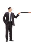 Укомплектуйте личным составом затыкать бочонок винтовки с его пальцем Стоковые Изображения