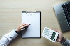 Укомплектуйте личным составом знак политика на ипотечных кредитах, агент страхования жилья держит заем Стоковое фото RF