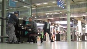 Укомплектуйте личным составом играть общественный рояль в королях Кресте St Pancras сток-видео
