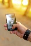 Укомплектуйте личным составом искать для передвижного сигнала GPS в древесинах Стоковое Фото